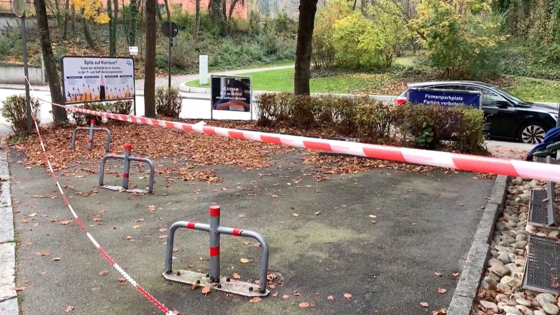 Absperrbänder am Fundort des Toten vor einer Passauer Pizzeria
