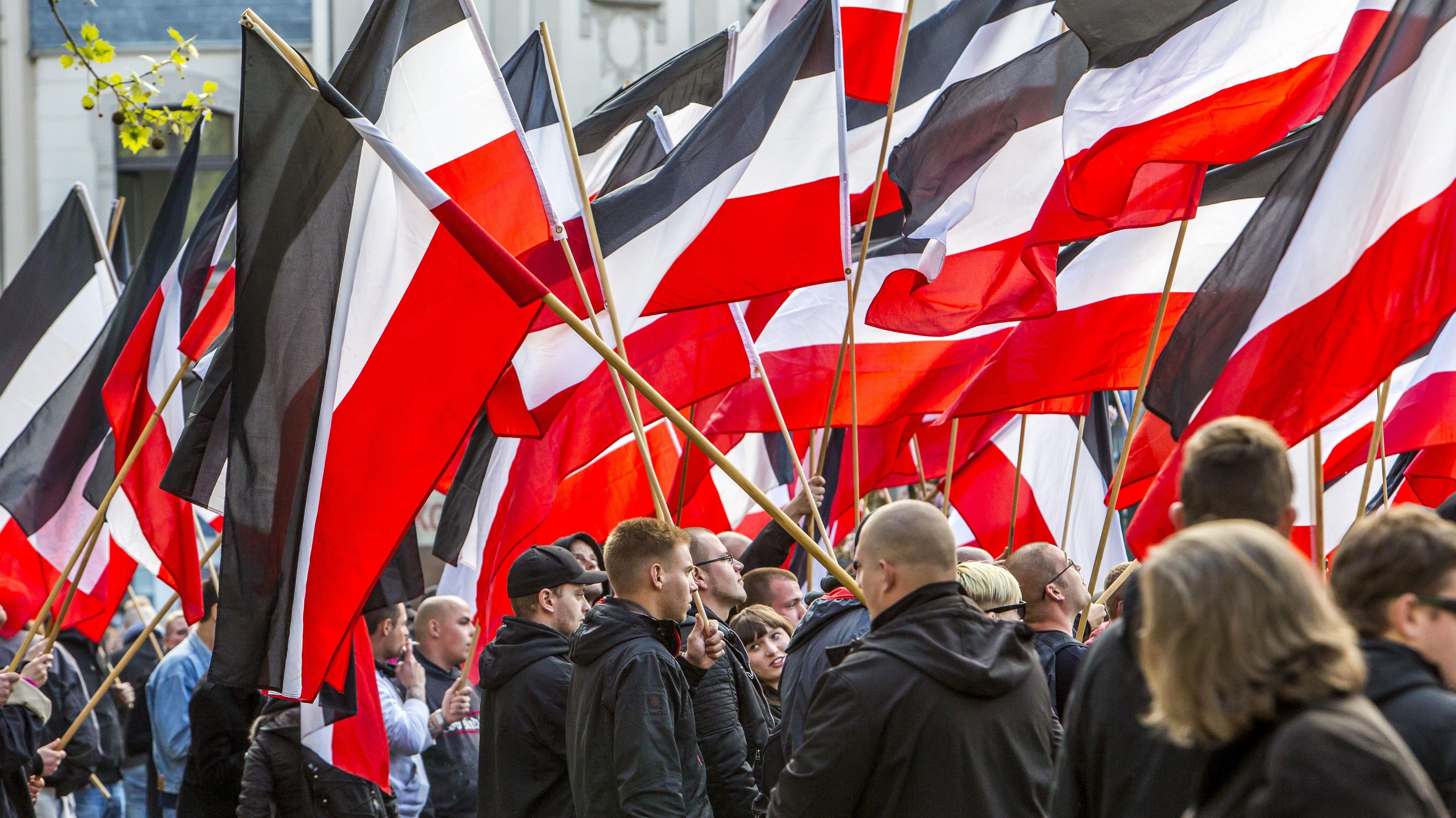 """Essen: Aufmarsch von Rechtsextremen der Partei """"Die Rechte"""" zum 1. Mai."""