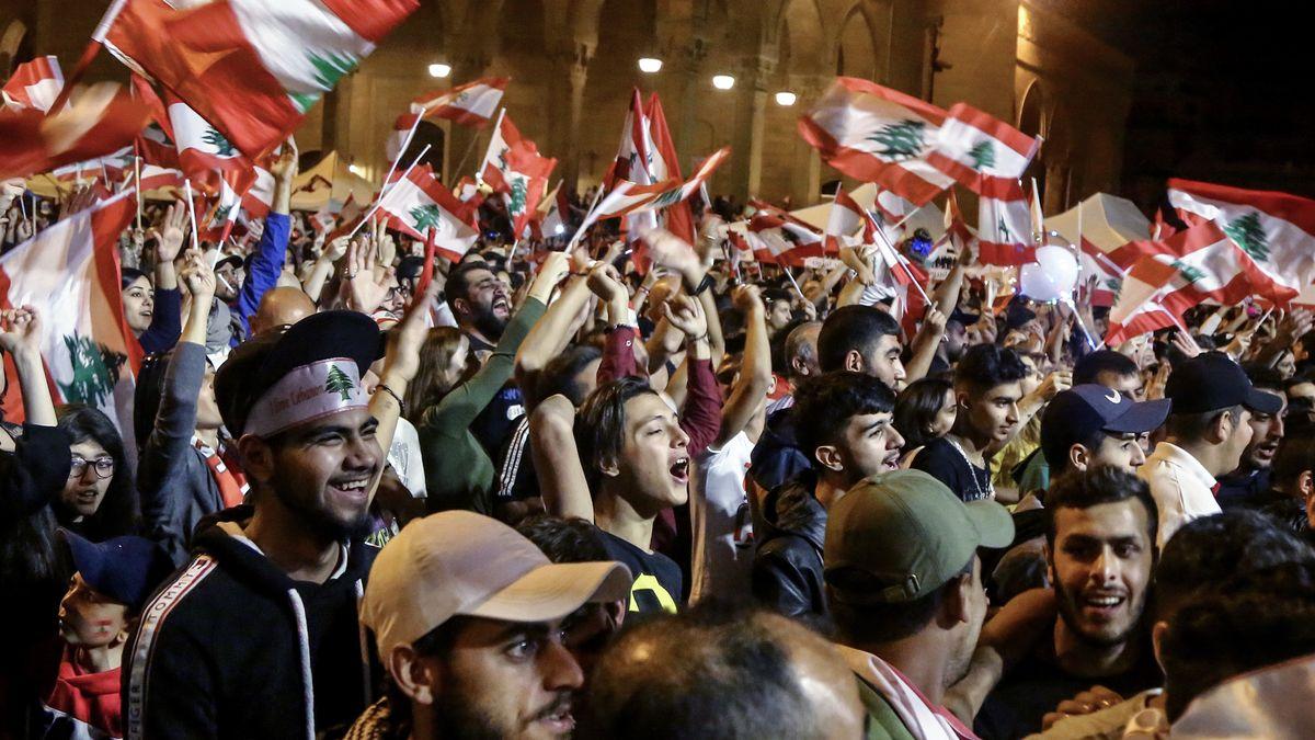 Libanon, Beirut: Regierungskritische Demonstranten nehmen an einem Protest in der Innenstadt teil.