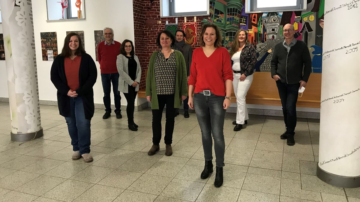 Lehrer der Maria Ward-Schule haben mit einem Musik-Video einen viralen Hit gelandet. Initiatorin Renate Binschek (Dritte von rechts) freut sich über den Erfolg des Musikvideos, bei den Schülerinnen und auch über die positiven Reaktionen auf den sozialen Netzwerken.