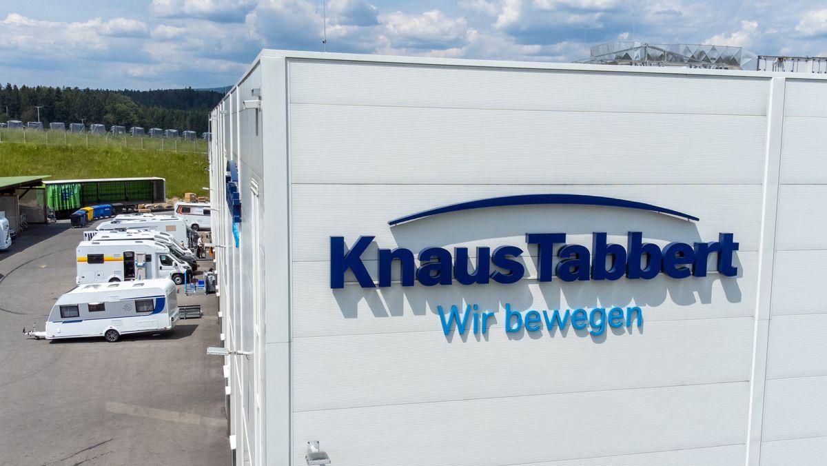 Der Schriftzug der Knaus Tabbert AG an einem Gebäude auf dem Werksgelände in Jandelsbrunn