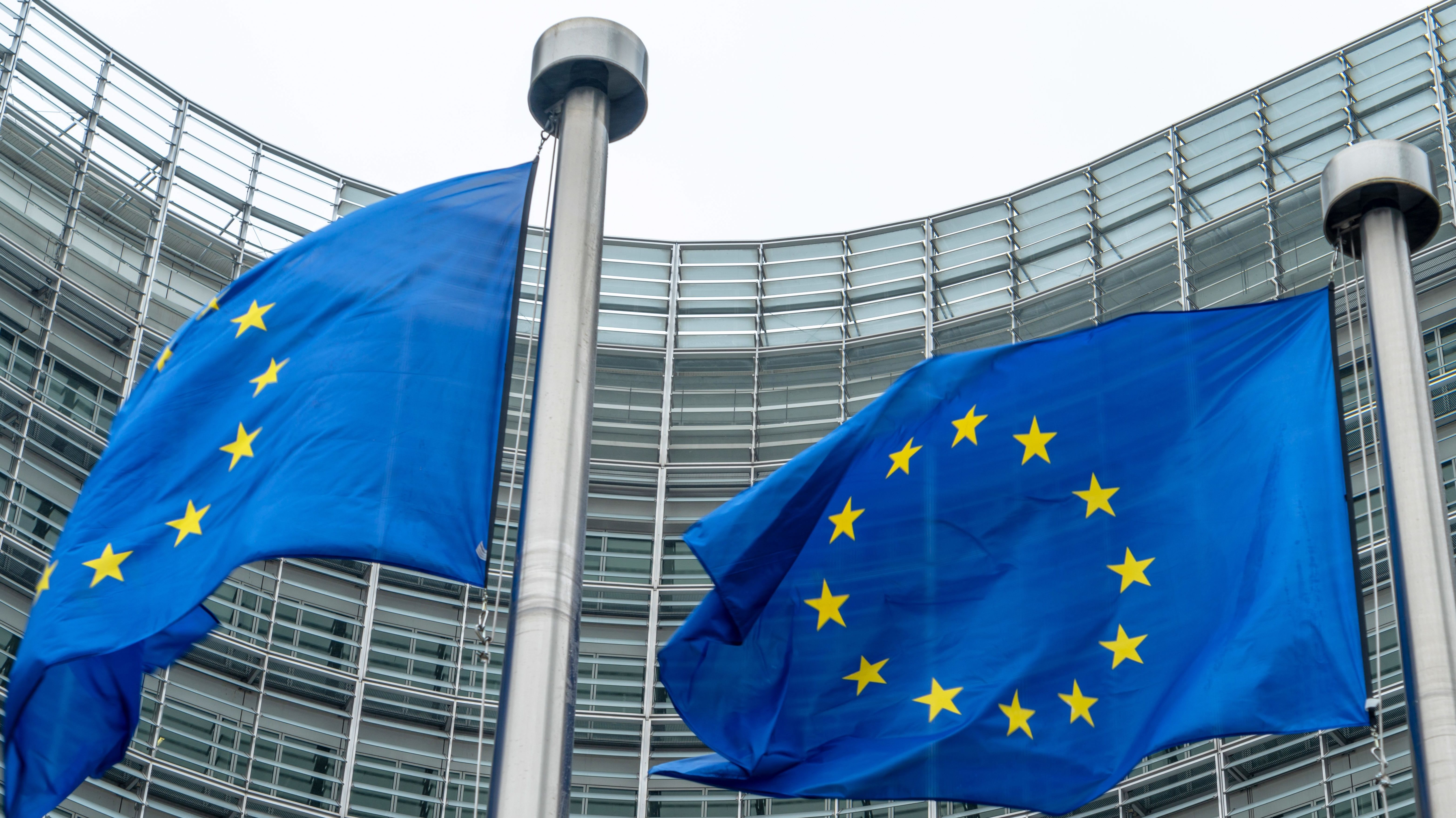 Europaflaggen vor der Europäischen Kommission in Brüssel