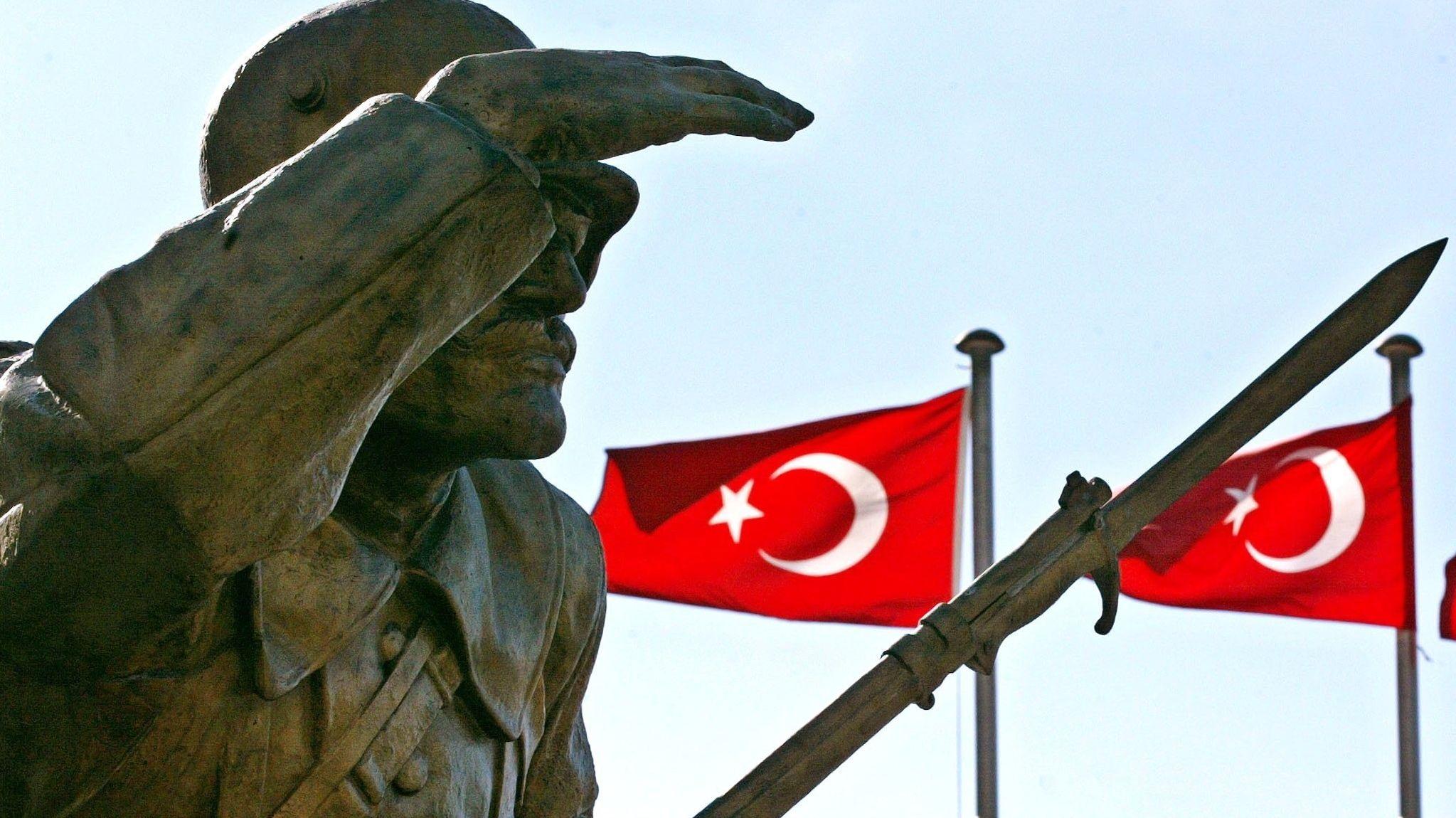 Symbolbild: Türkische Flaggen hinter dem Denkmal für den Unbekannten Soldaten in Ankara