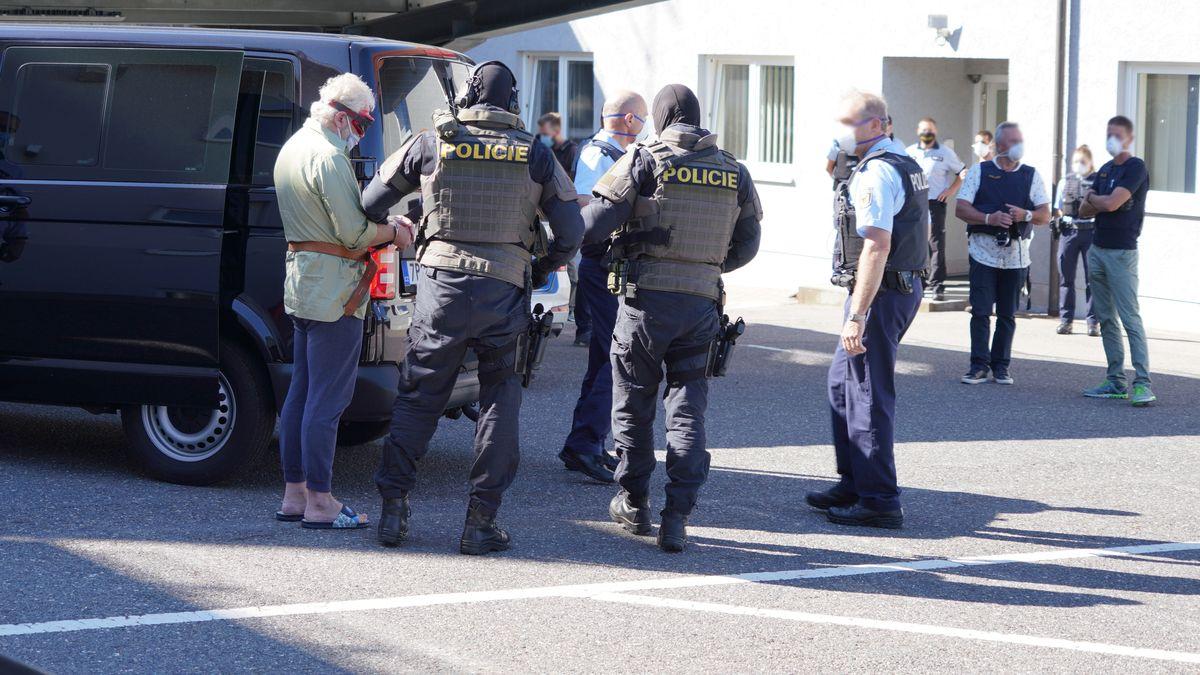 Tschechische und deutsche Polizeibeamte auf einem Parkplatz in Waidhaus.