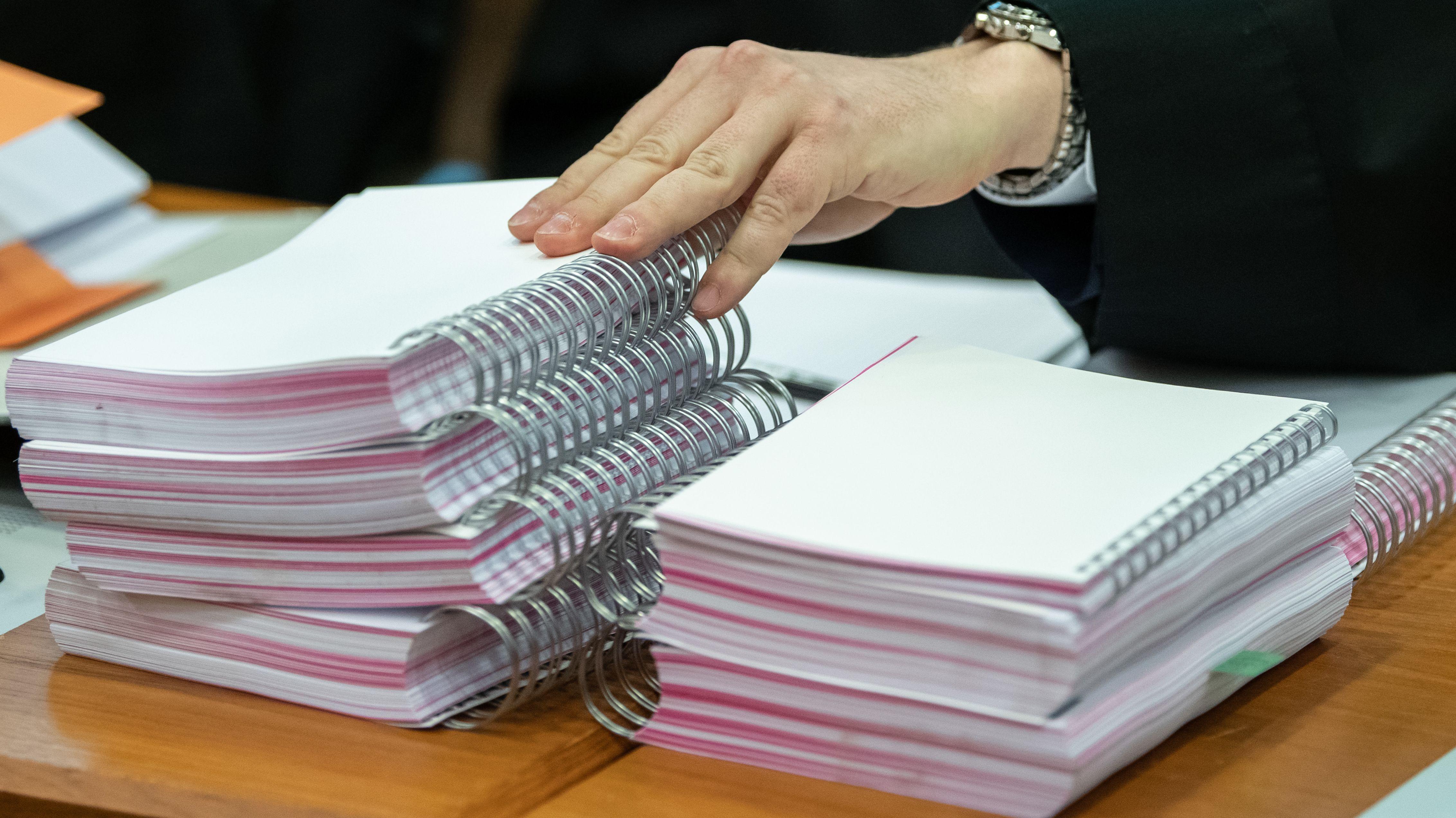 Unterlagen liegen vor Beginn des Prozesses gegen das Management des insolventen Versandhändlers Neckermann im Gerichtssaal in Frankfurt.