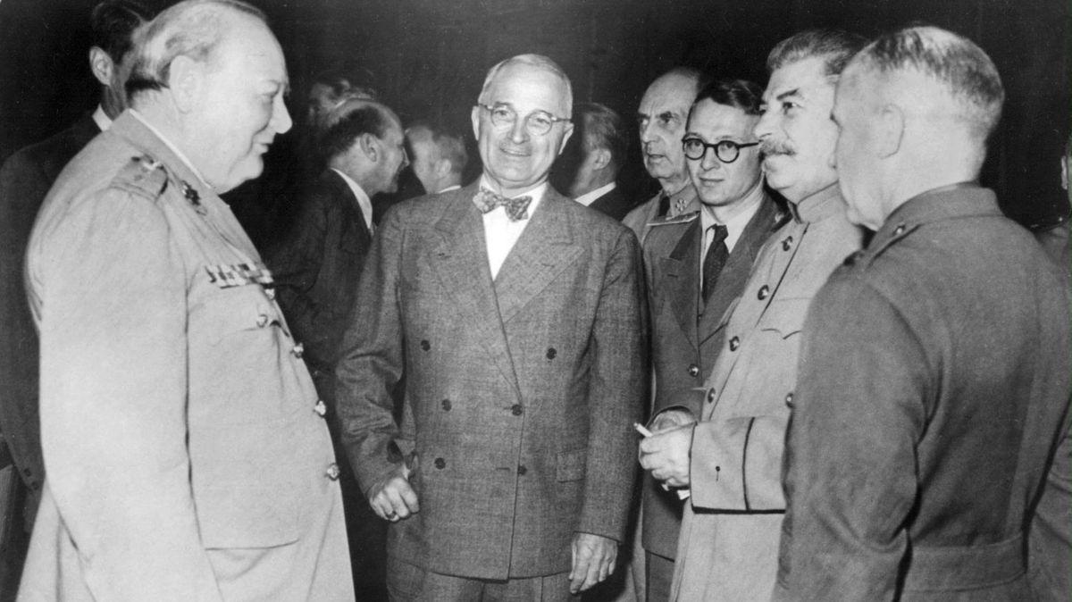 Der britische Premierminister Winston Churchill (l-r), US-Präsident Harry Truman und der russische Führer Joseph Stalin (2.v.r) unterhalten sich bei der Potsdamer Konferenz.
