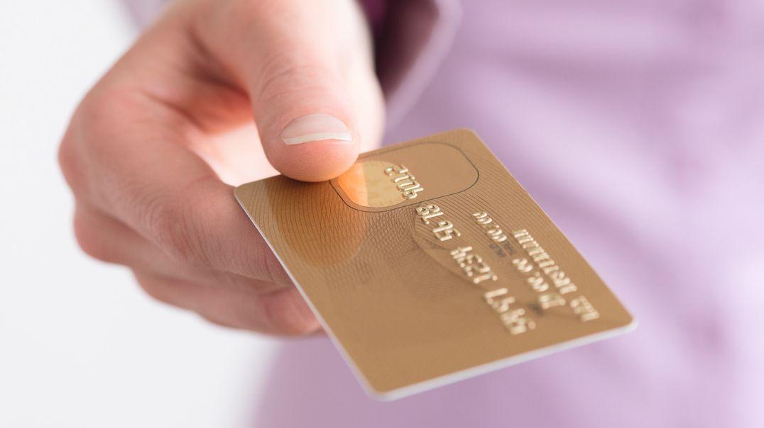 Frauenhand mit Kreditkarte (Symbolbild)