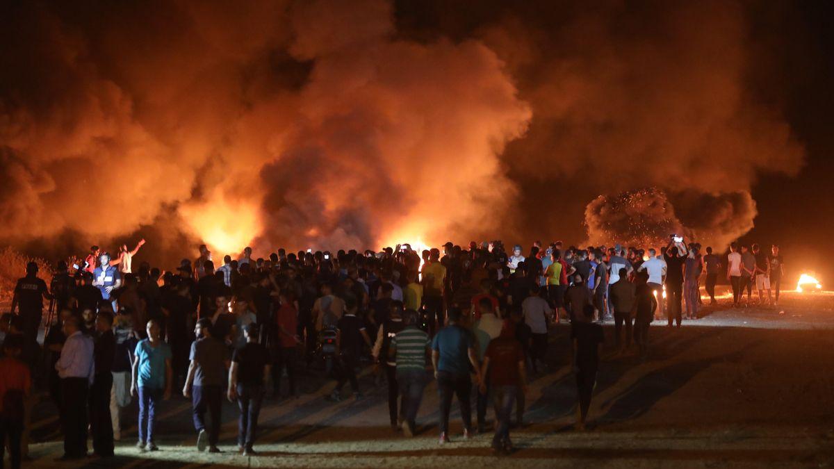 Protestierende Palästinenser zündeten in der Nacht an der Grenze zu Israel Autoreifen an.