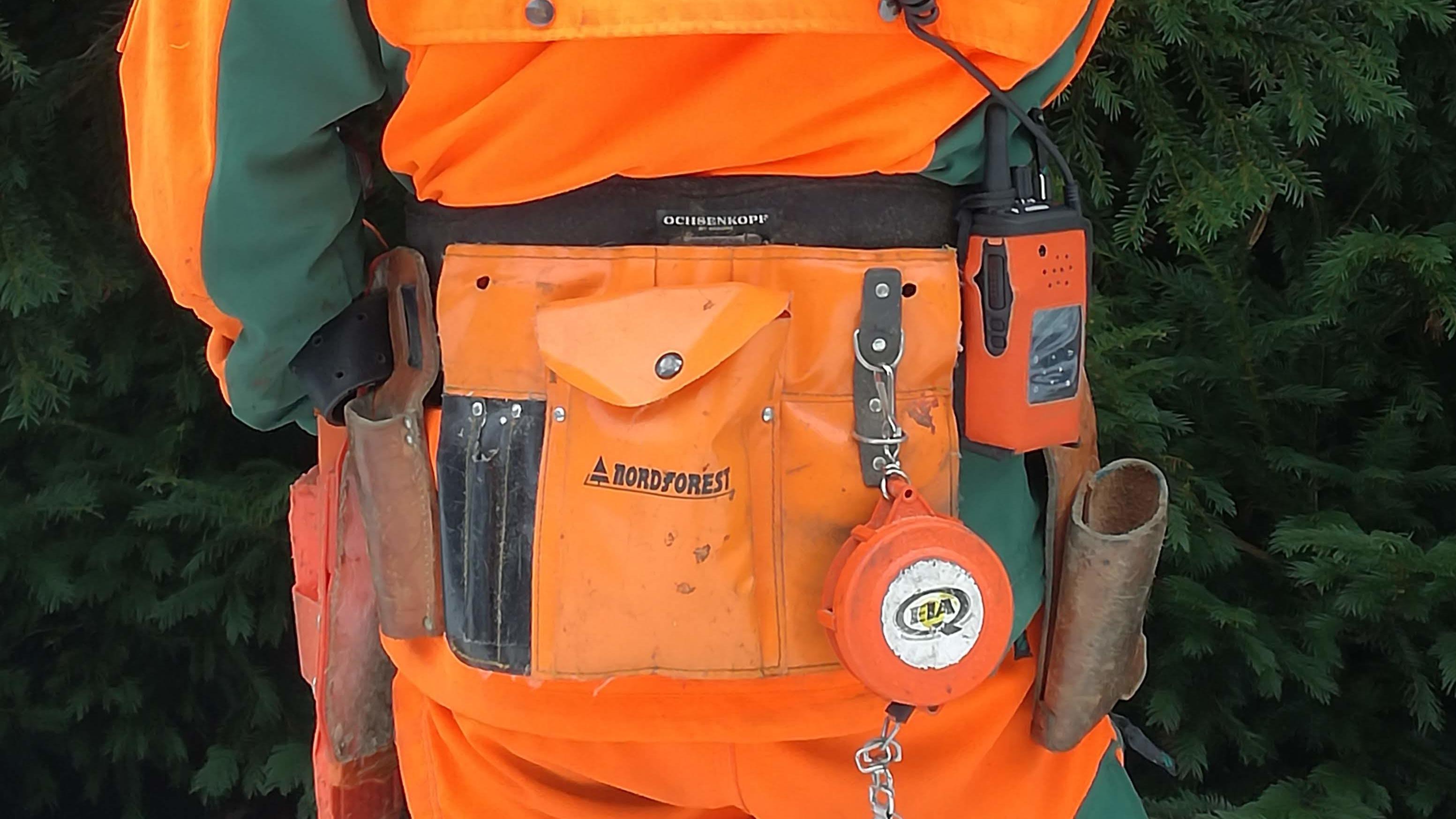 Waldarbeiter mit neuem Spezialfunkgerät