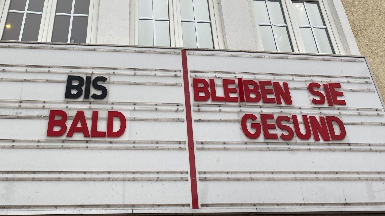 Schrift auf der Außenfassade des Regina Kinos in Regensburg