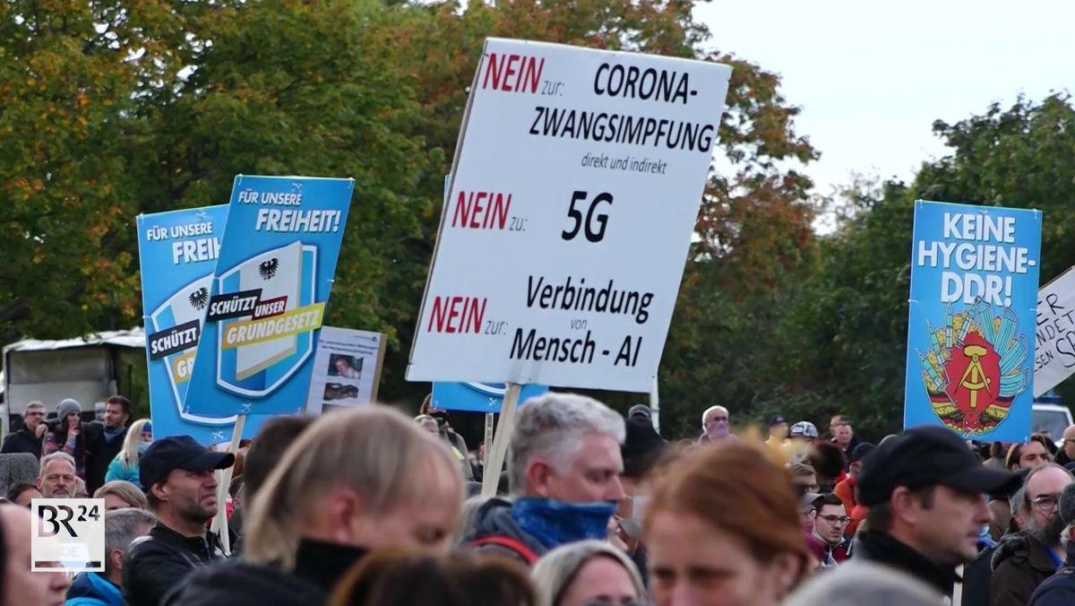 """Etwa 2.800 Menschen haben in Nürnberg gegen die Maskenpflicht demonstriert. Aufgerufen hatten die Initiative """"Querdenken"""" sowie die Gruppe """"SchülerInnen gegen die Maskenpflicht"""". Vorab waren nur 400 Protestierende angemeldet."""
