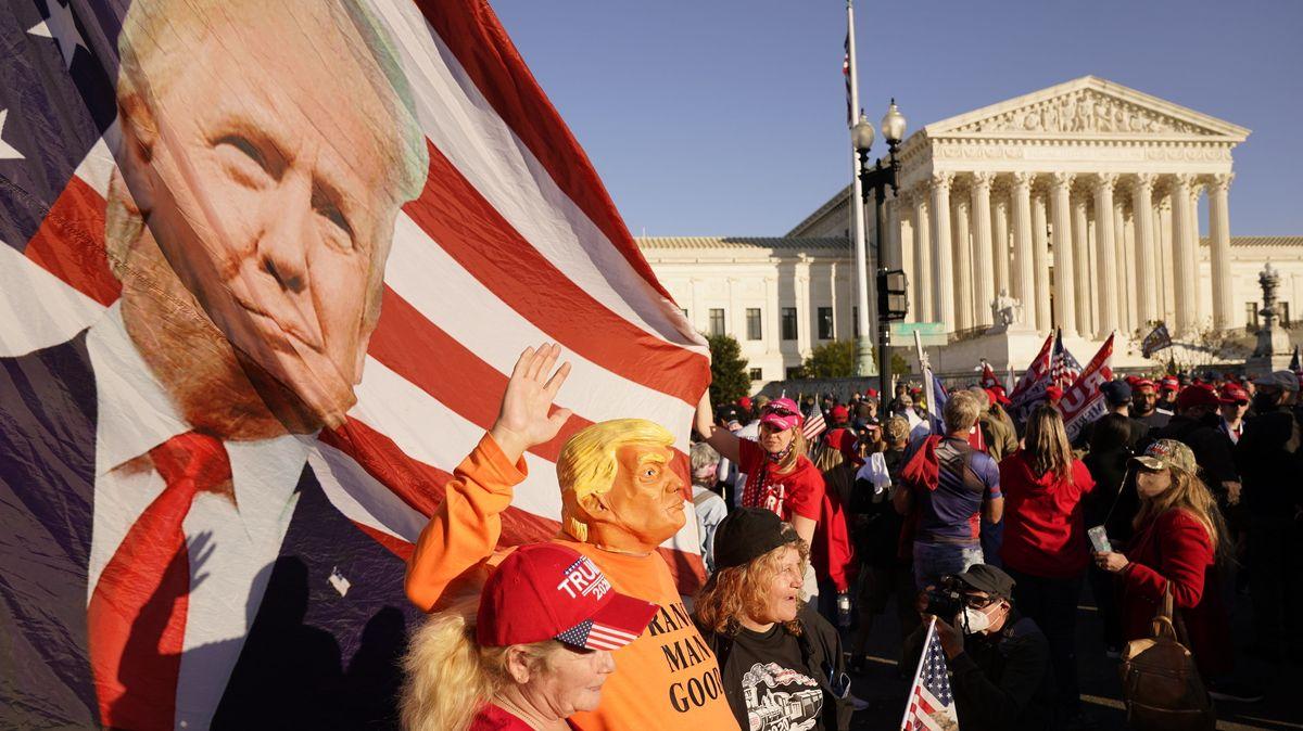 14.11.2020, USA, Washington: Anhänger von US-Präsident Trump stehen während eines Pro-Trump-Marsches vor dem Gebäude des Obersten Gerichtshofs.