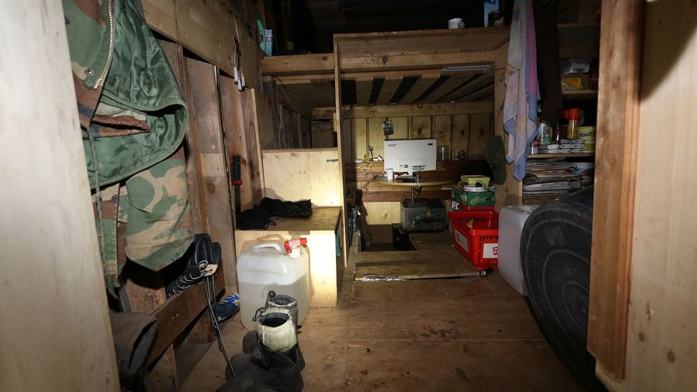 Ein Raum unter der Erde, der mit Holz verkleidet ist.  | Bild:Polizeipräsidium Oberfranken