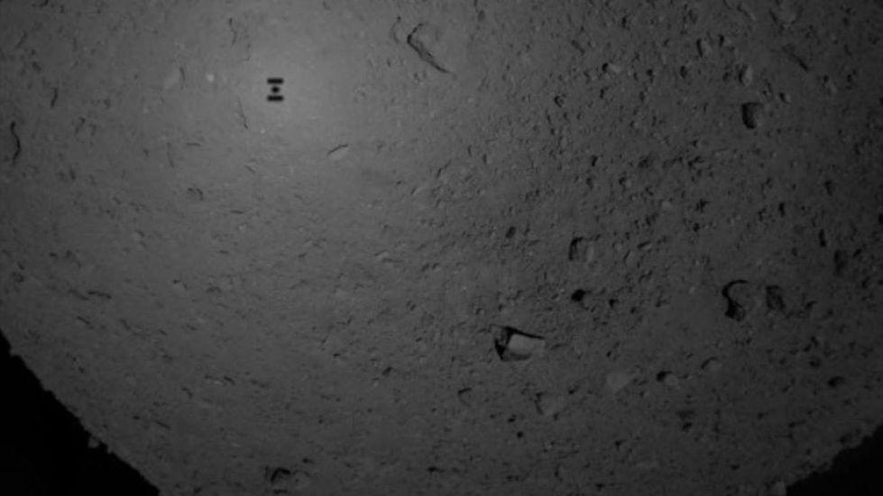 """Aufnahme des Schattens der Sonde """"Hayabusa-2"""" auf der porösen Oberfläche des Asteroiden Ryugu"""