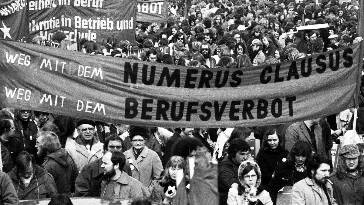 """Gegen den """"Radikalenerlass"""": Rund 20.000 Menschen demonstrieren 1973 in Dortmund gegen das Berufsverbot, die Auswirkung des Radikalenerlasses."""