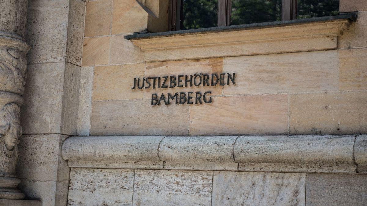 """""""Justizbehörden Bamberg"""" steht auf einer Hauswand"""