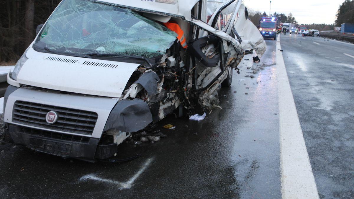 Die A6 musste wegen des Unfall total gesperrt werden.