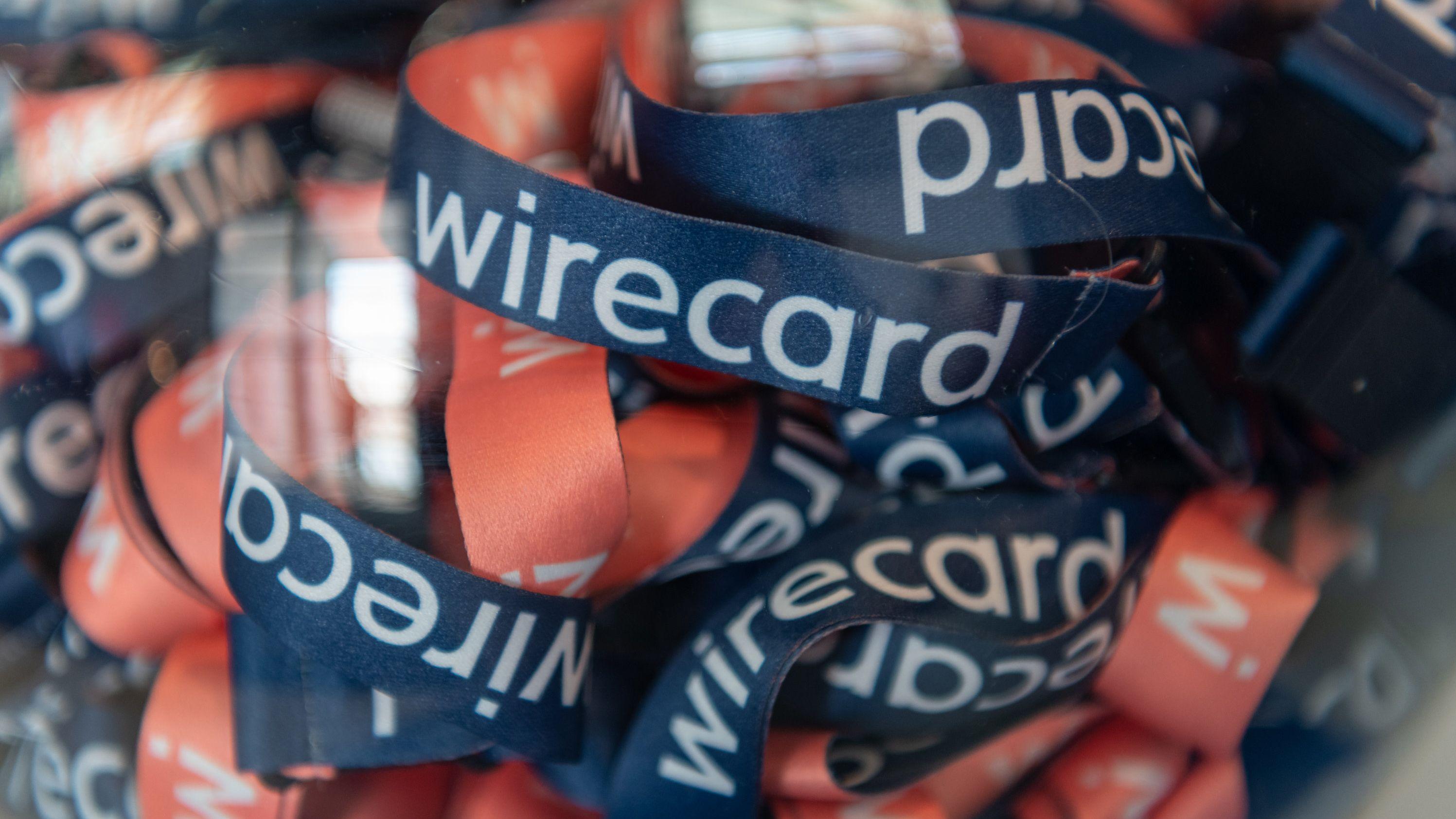 Umhängebändchen mit der Aufschrift «wirecard» liegen während der Wirecard - Hauptversammlung 2019 in einem Glasbehälter.