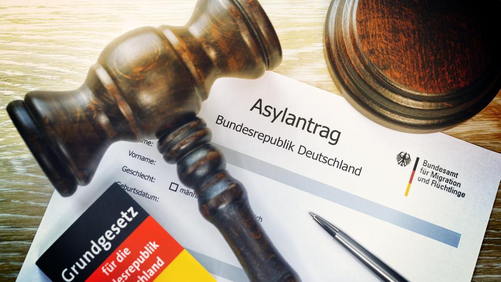 Asylantrag und Richterhammer | Bild:pa/dpa/Bildagentur-online