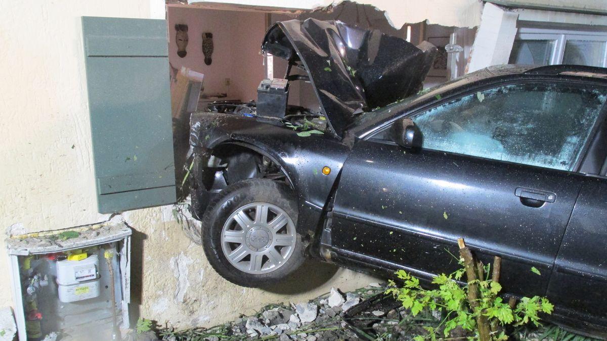 In Pfarrkirchen kracht ein Auto in ein Haus - die Polizei sucht nach dem Fahrer