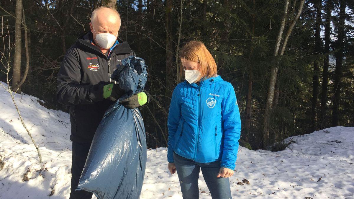 Xaver und Sandra Drexler vom Skiclub Bodenmais mit Müllsammeltüten im Wald
