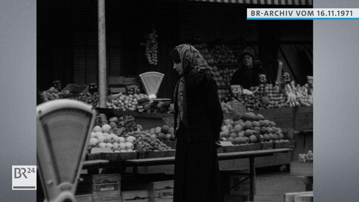 Renate Herzberg bei Obststand auf dem Viktualienmarkt in München