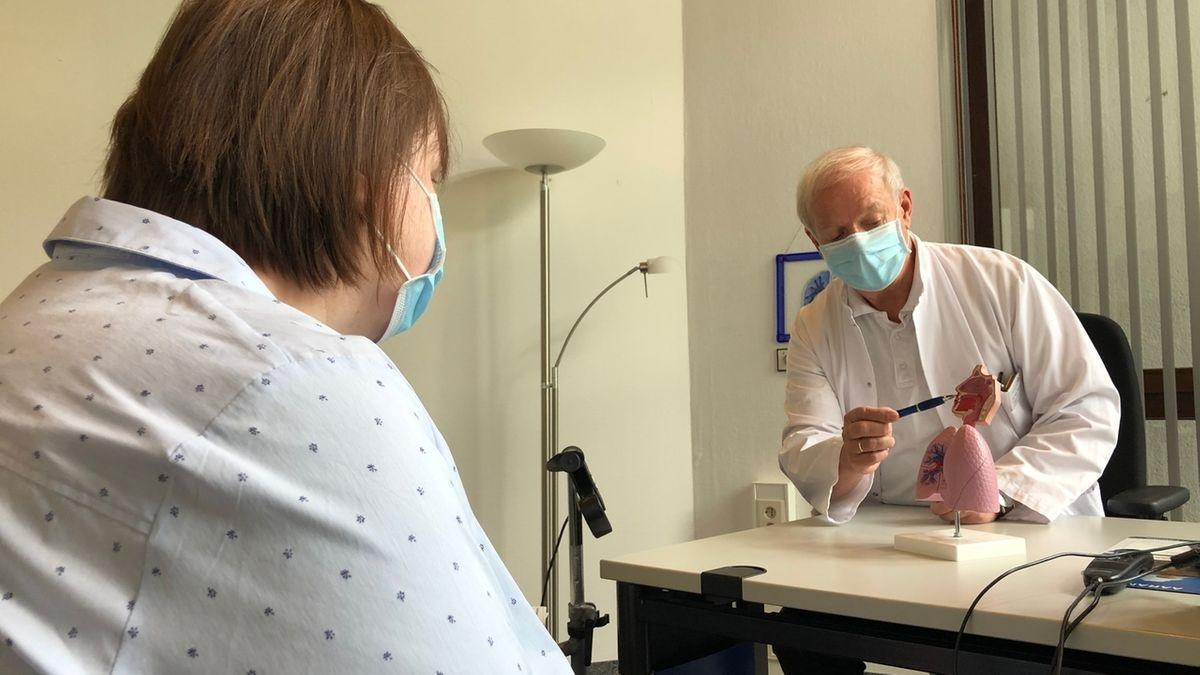 Chefarzt Dr. Jürgen Thomas und Patientin Kathrin Gattermann in der Reha-Klinik für Corona-Patienten in Pfronten.