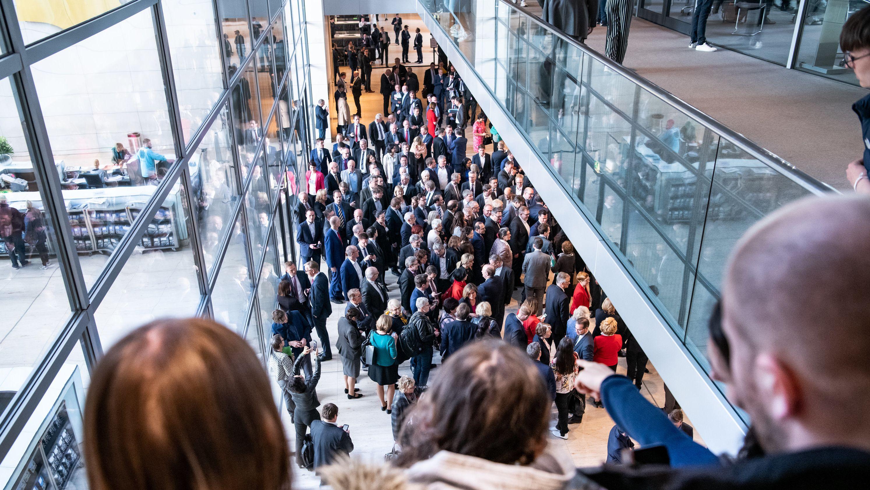Bundestagsabgeordnete stehen am 10. April 2019 beim Hammelsprung vor der Tür des Plenarsaals.