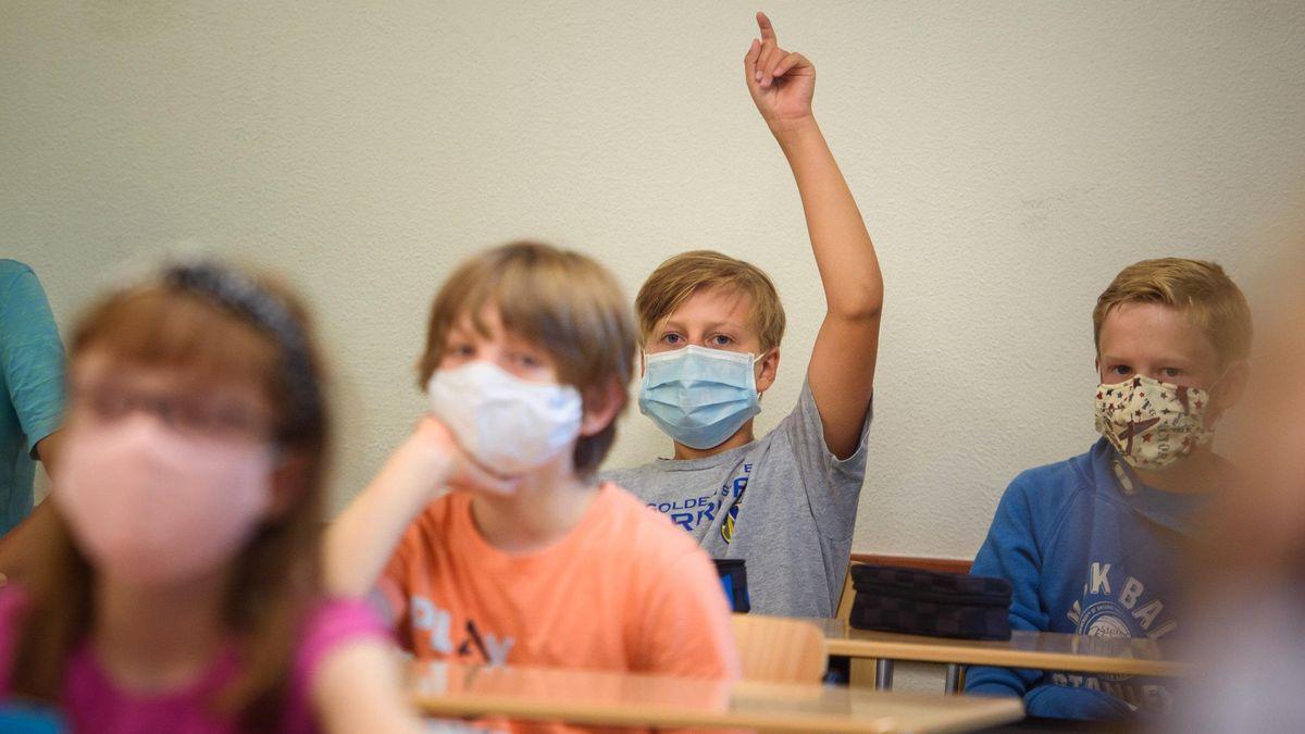 Kinder am Pult mit einem Mund-Nase-Schutz