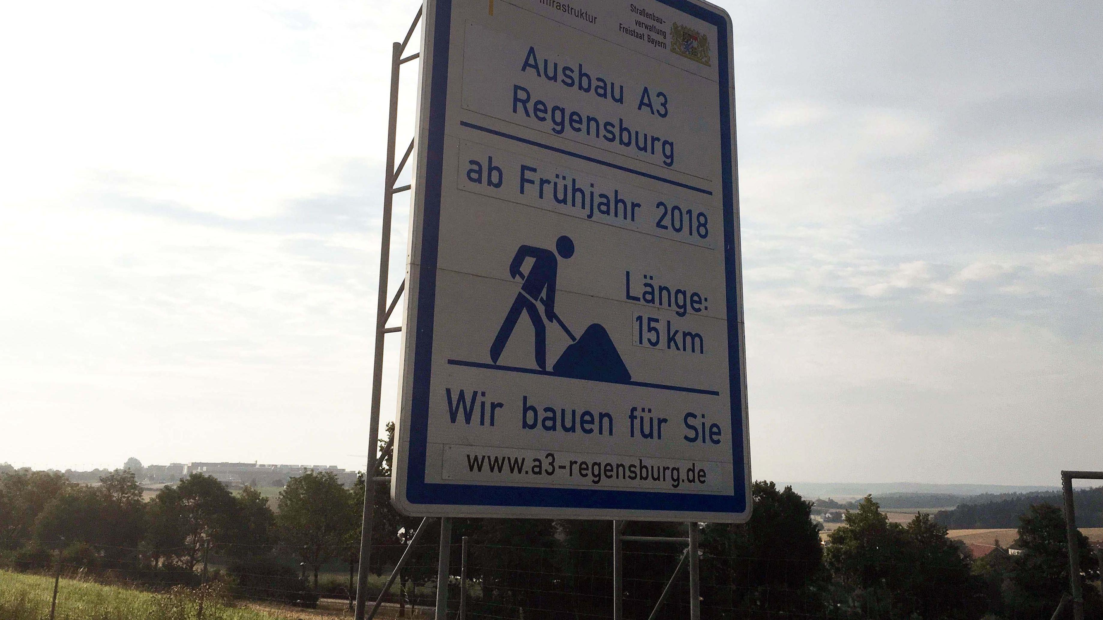 Die A3 wird zwischen dem Autobahnkreuz Regensburg und Rosenhof auf einer Länge von rund 15 Kilometern auf sechs Spuren verbreitert.