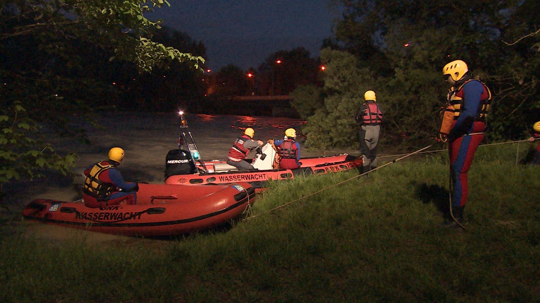 Mit Tauchern und Hubschraubern haben Polizei und Feuerwehr am Mittwochabend die Isar bei München-Ismaning abgesucht. Ein Zeuge hatte einen Notruf abgesetzt - er meldete, zwei Arme im Fluss gesehen zu haben.