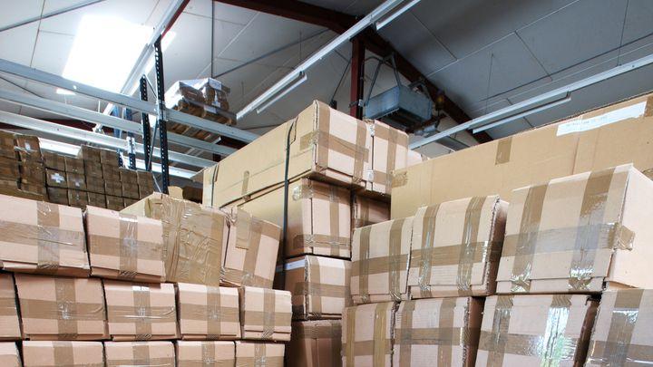 Kartons in einem Lagerraum