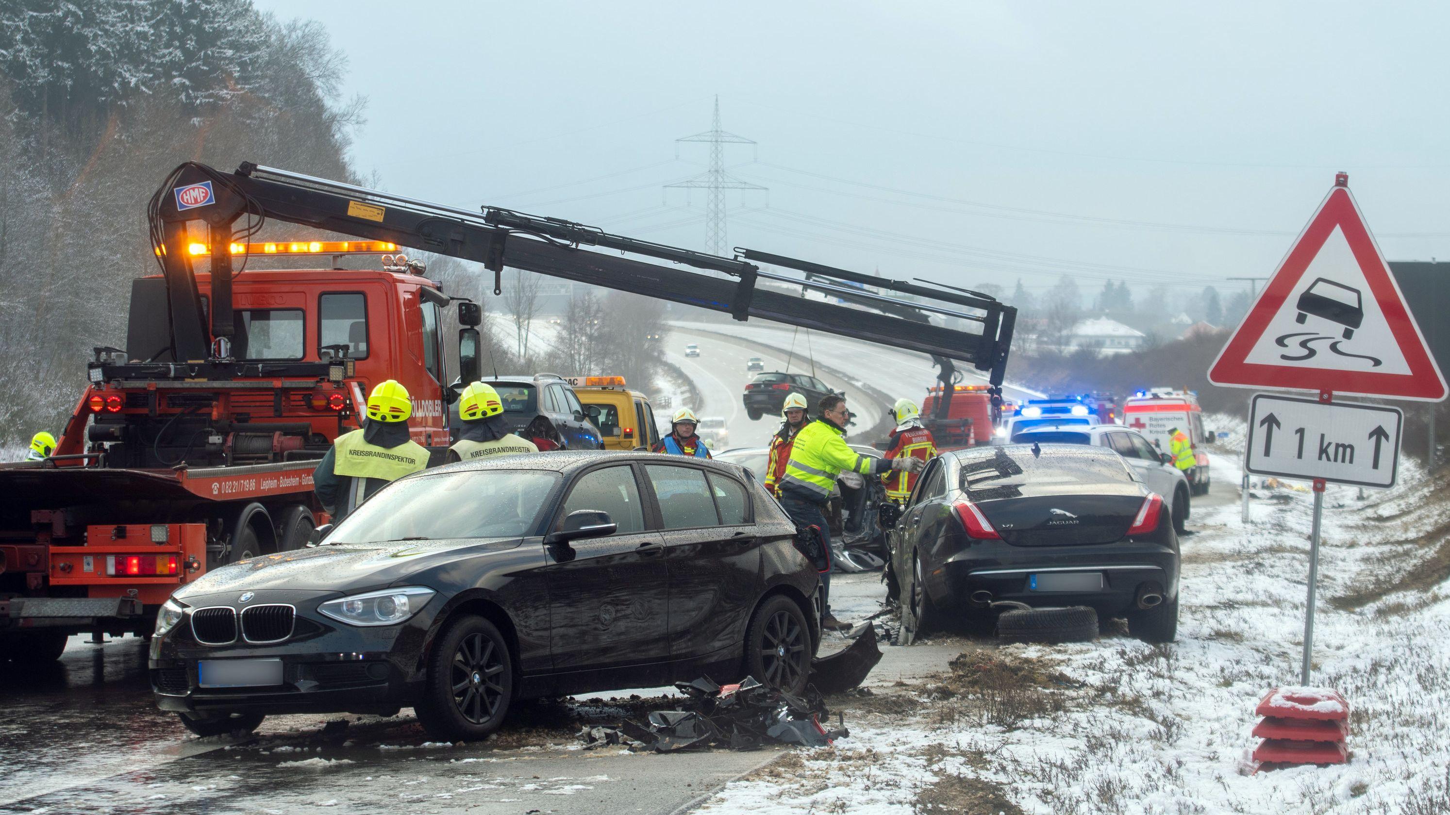 Massenkarambolage auf A8 bei Schneeglätte: 18 Verletzte