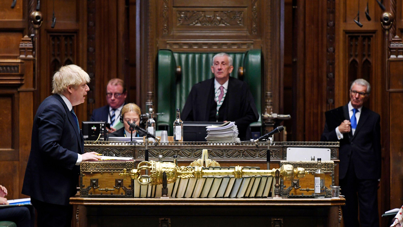 """Boris Johnson (l), Premierminister von Großbritannien, spricht während der """"Prime Ministers Question's (Fragen an den Premierminister) im britischen Unterhaus"""