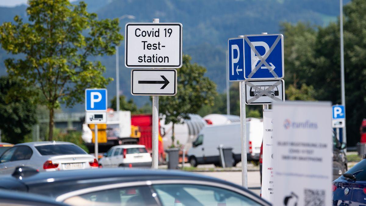 Autos am Corona-Testzentrum an der Rastanlage Inntal-Ost (A93), aufgenommen am 14.08.20.