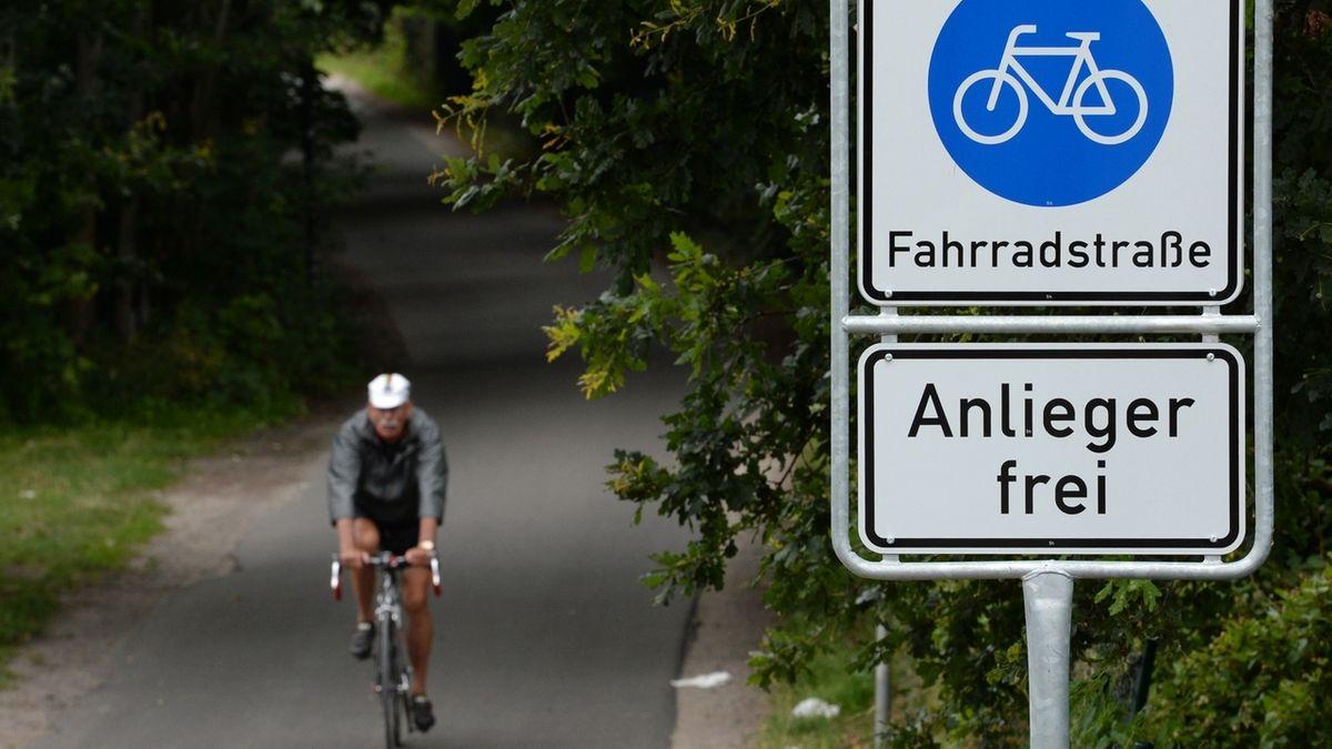 Ein Verkehrsschild weist auf eine Fahrradstraße hin.