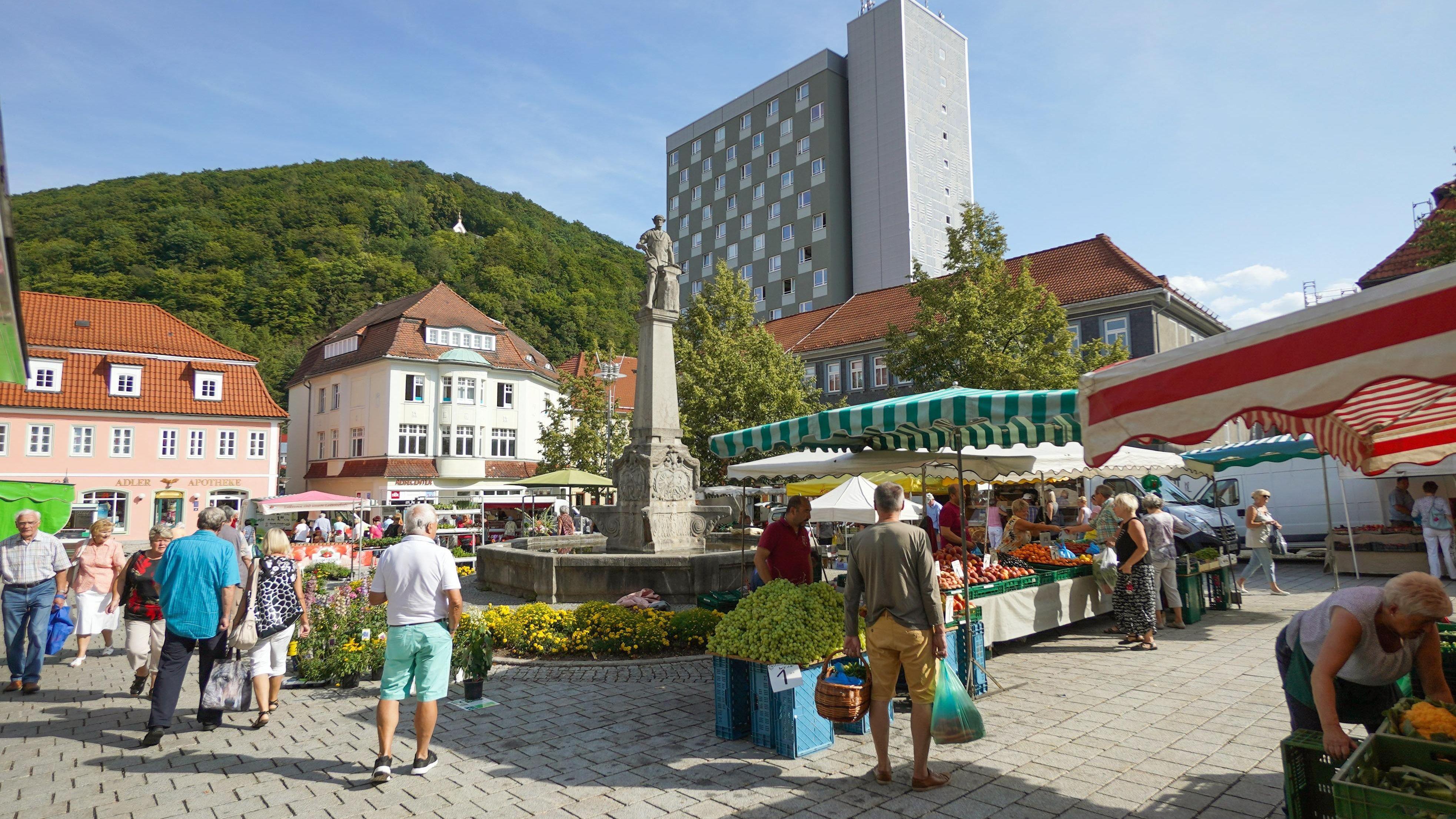 Menschen auf dem Marktplatz in Suhl