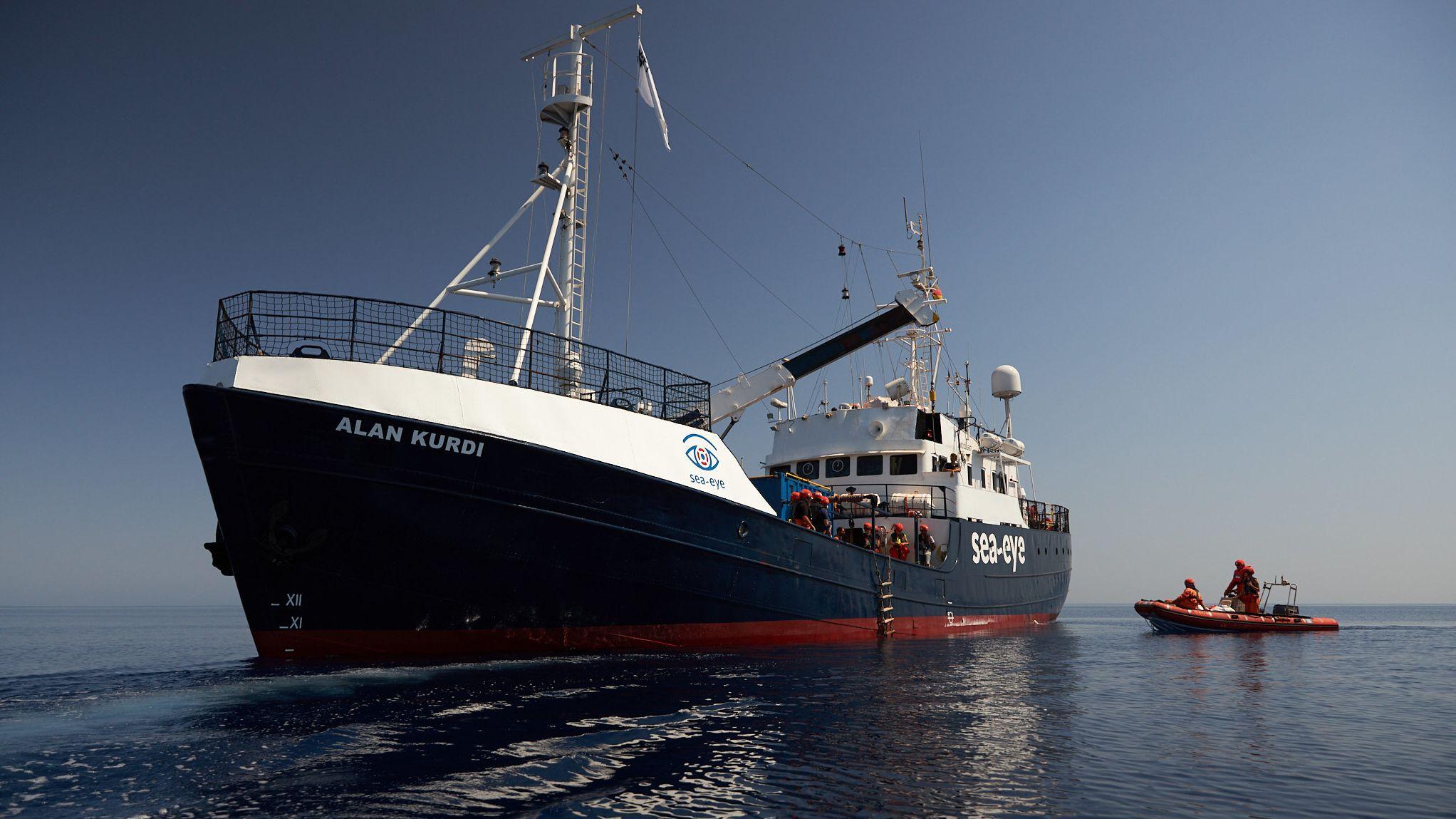 """Die von der Seenotrettungsorganisation Sea-Eye herausgegebene Aufnahme zeigt das Seenotrettungsschiff """"Alan Kurdi""""."""