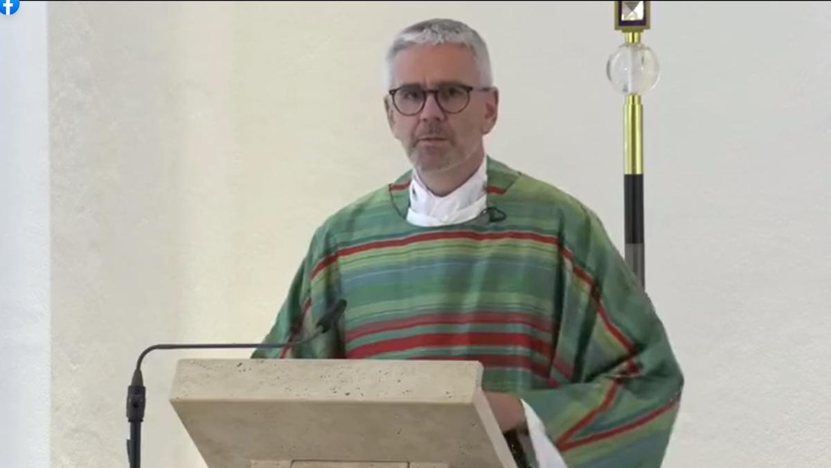 Regens Christof May bei seiner Erntedank-Predigt