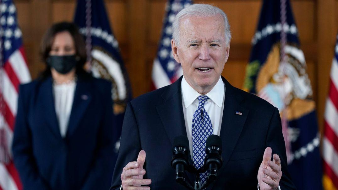 Joe Biden, Präsident der USA, spricht an der Emory University in Georgia nach einem Treffen mit führenden Vertretern der asiatisch-amerikanischen und pazifischen Gemeinschaft, während Kamala Harris, Vizepräsidentin der USA, zuhört.