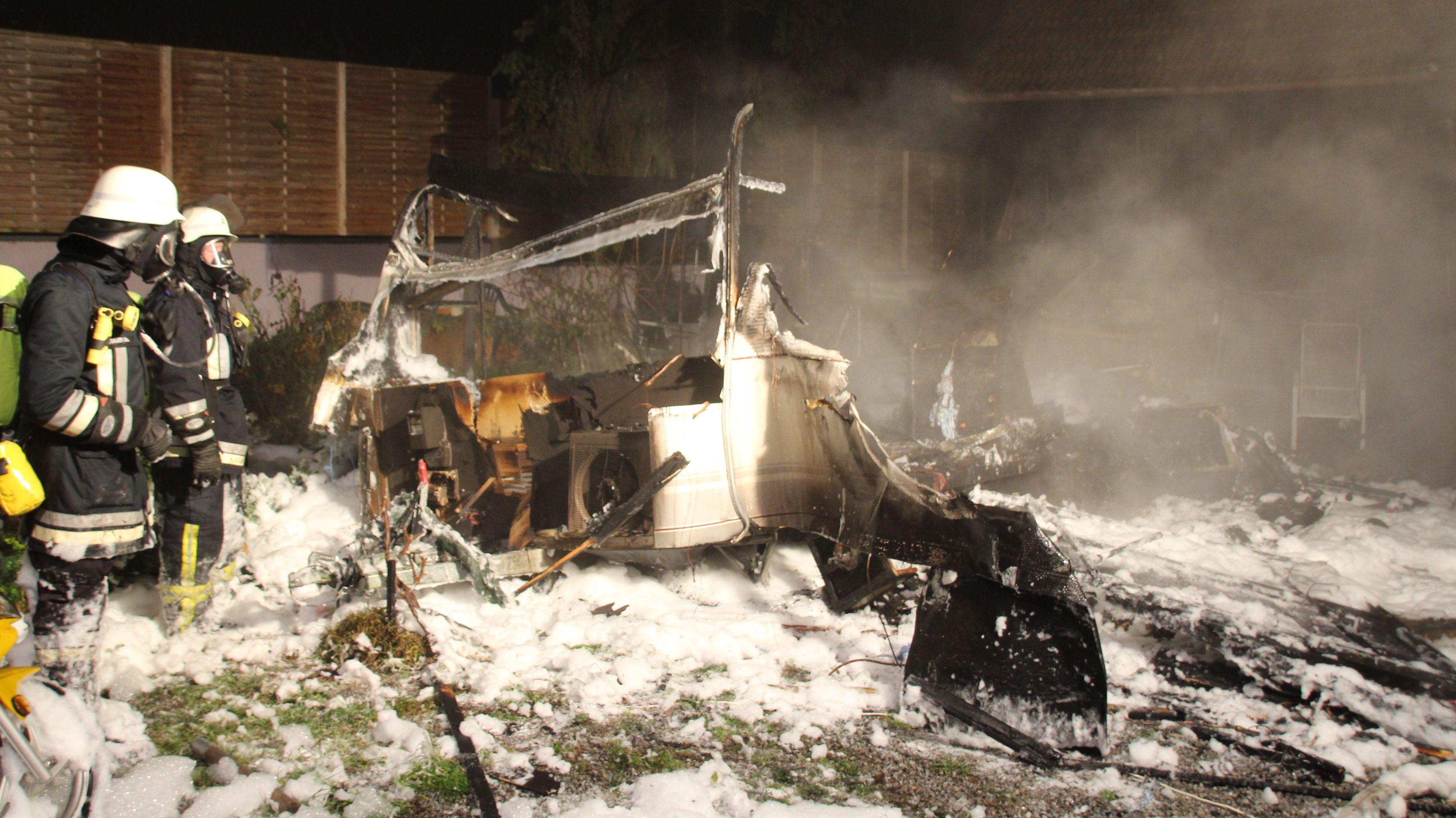 Bei einer Gasexplosion wurden zwei Menschen schwer verletzt - von dem Wohnwagen ist nicht mehr viel übrig.