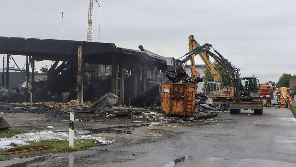 Ausgebrannte Lagerhalle in Mitterskirchen im Landkreis Rottal-Inn