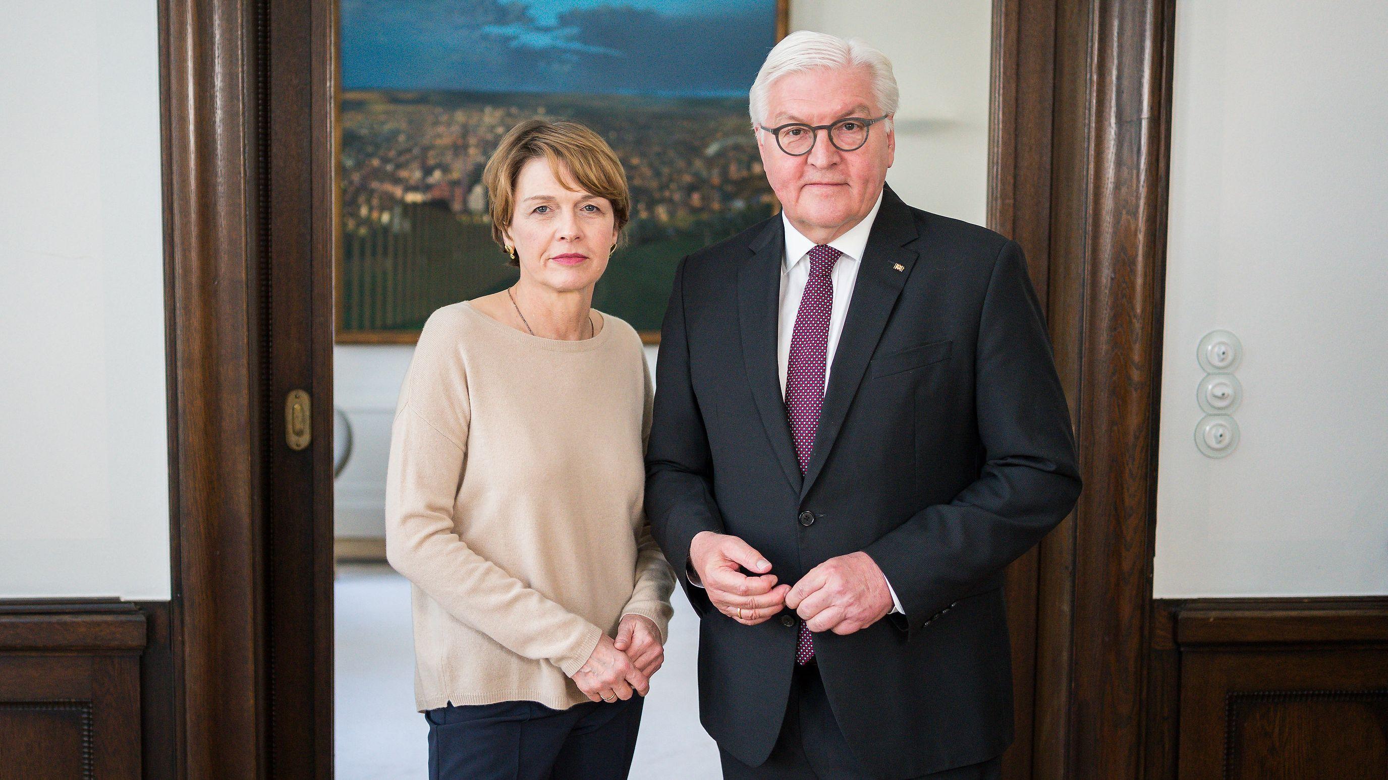 Bundespräsident Frank-Walter Steinmeier und seine Frau Elke Büdenbender stehen bei der Aufzeichnung ihrer Videobotschaft zur Coronavirus-Pandemie in ihrem dienstlichen Wohnsitz.