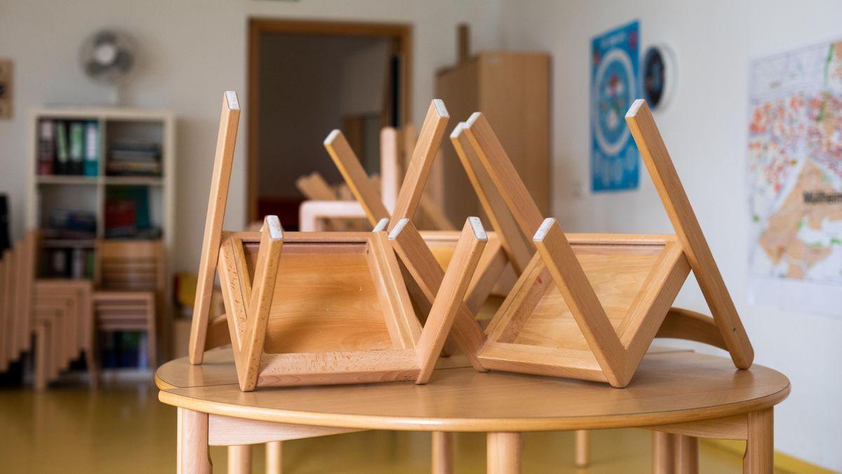 Hochgestellte Stühle in einer Kita