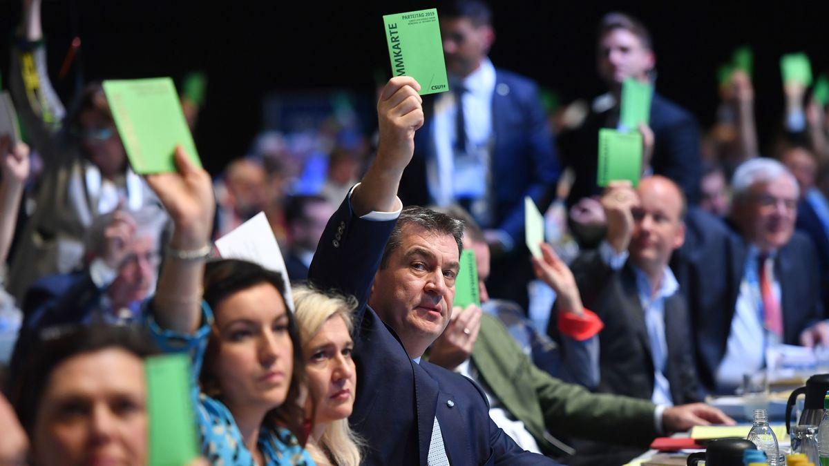 CSU-Chef Söder hebt bei der Abstimmung zur verbindlichen Frauenquote auf dem CSU-Parteitag in München seine Stimmkarte