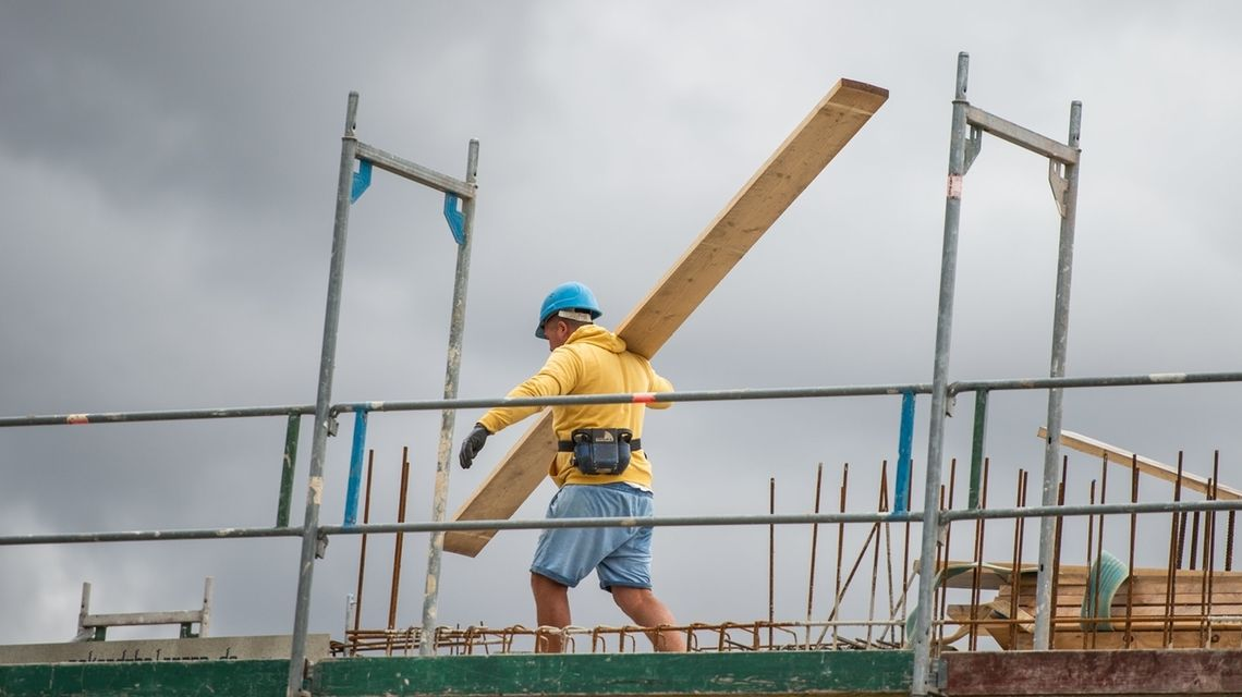 Symbolbild Arbeitsmarkt: Ein Mann auf einer Baustelle