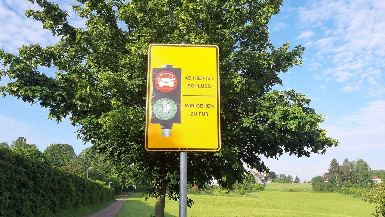 """In Bogen gibt es ab jetzt """"Eltern-Haltestellen"""", 200 Meter von der Schule entfernt, damit das frühmorgendliche Verkehrschaos entzerrt wird."""
