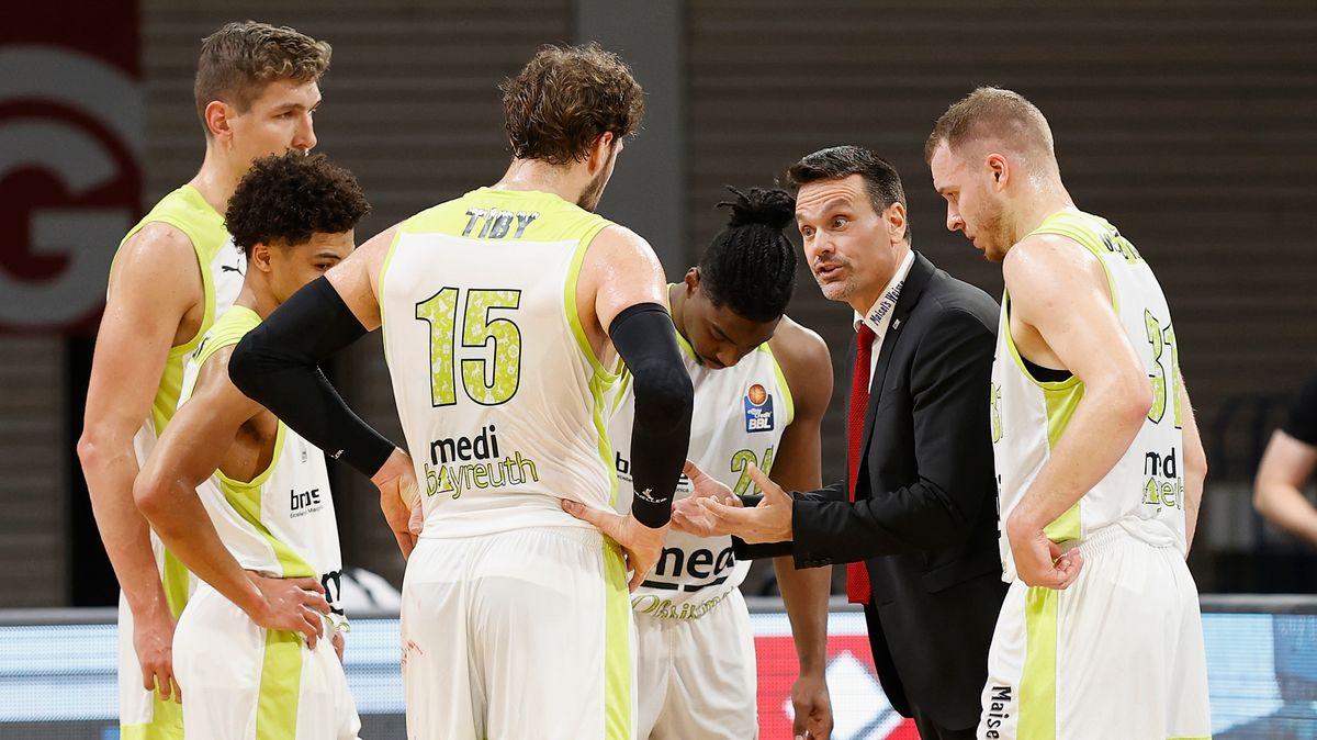 Spieler von medi Bayreuth mit Trainer Roul Korner