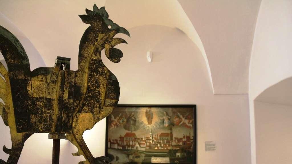 Der Wetterhahn vom Stadtturm - zum Greifen nah im Gäubodenmuseum