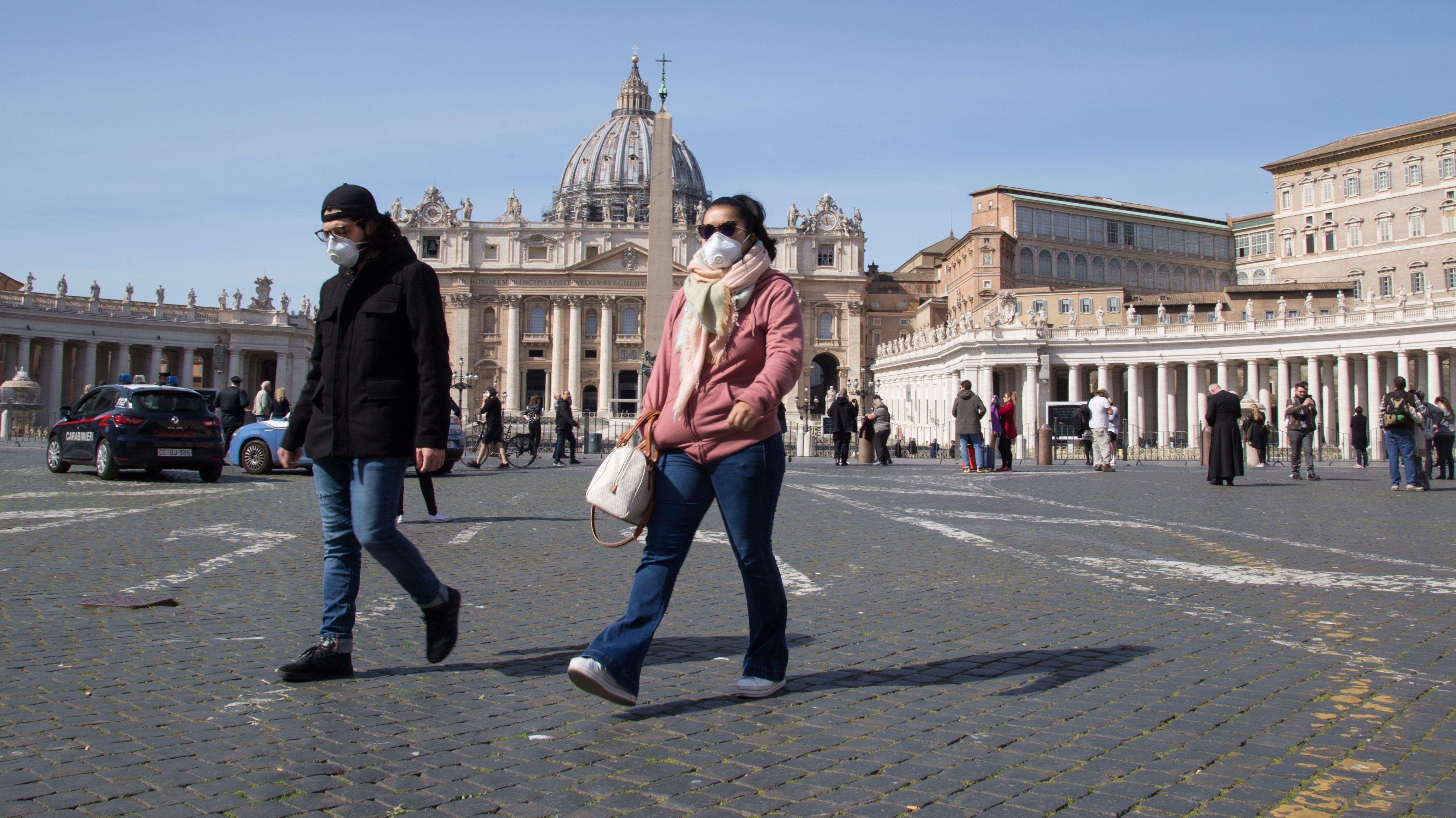 Menschen auf dem Petersplatz vor dem gesperrten Petersdom